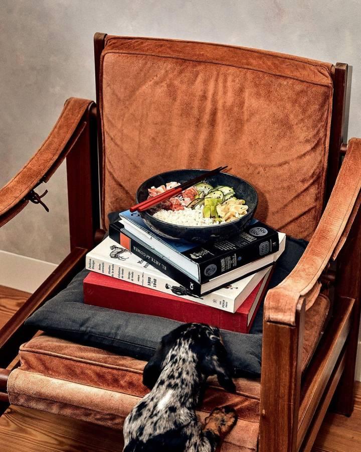 cadeira com livros